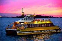 New York Watertaxi vor der Freiheitsstatue