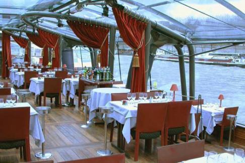 Bateux Parisien dining area