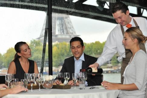 Detendez-vous lors d'un déjeuner face aux plus beaux monuments de Paris.